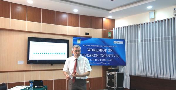 GS. Dirk De Craemer trình bày tại Hội thảo chia sẻ về cơ chế khuyến khích nghiên cứu khoa học trong các trường Đại học