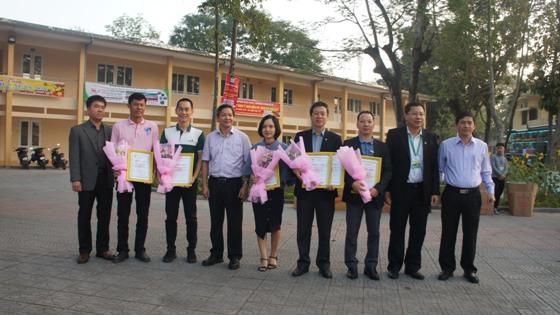 Tặng hoa và giấy chứng nhận cho các nhà tài trợ