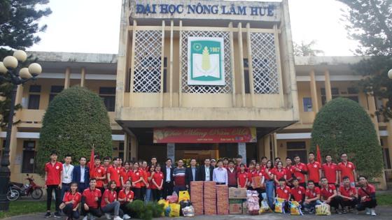 Đội Công tác xã hội xuất quân đi huyện A Lưới tổ chức phát quà cho các gia đình có hoàn cảnh khó khăn