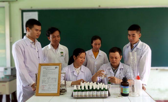 Nhóm cán bộ của trường ĐHNL, ĐHH thực hiện pha chế nước rửa tay khô