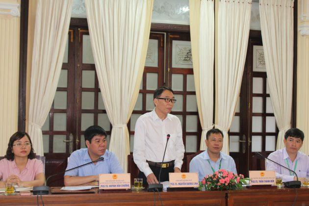 PGS.TS. Nguyễn Quang Linh (giữa) - Bí thư Đảng ủy, Giám đốc Đại học Huế cùng tập thể lãnh đạo trường Đại học Nông Lâm trong một buổi làm việc với UBND tỉnh Thừa Thiên Huế về nghiên cứu khoa học và chuyển giao công nghệ nông nghiệp