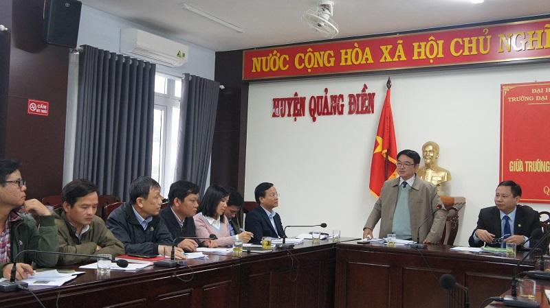 Ông Trần Quốc Thắng - Chủ tịch UBND huyện cùng PGS.TS. Trần Thanh Đức - Hiệu trưởng đồng chủ trì buổi làm việc
