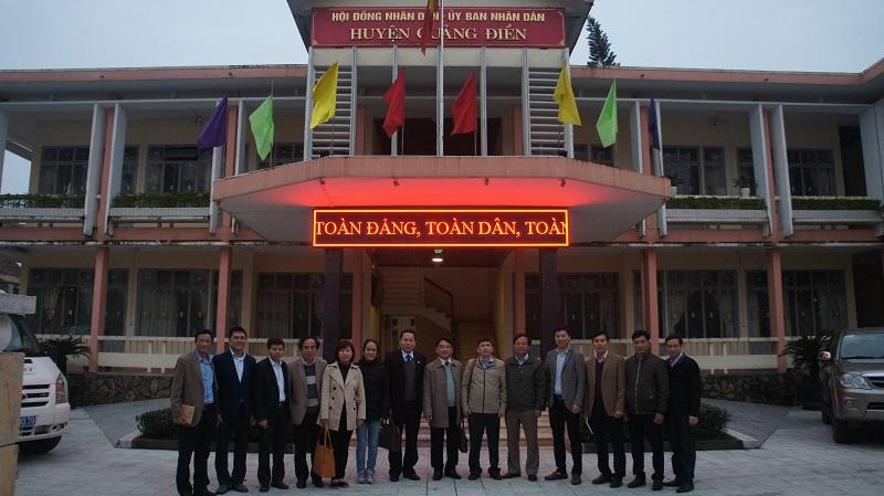 Đoàn công tác chụp hình lưu niệm cùng lãnh đạo huyện