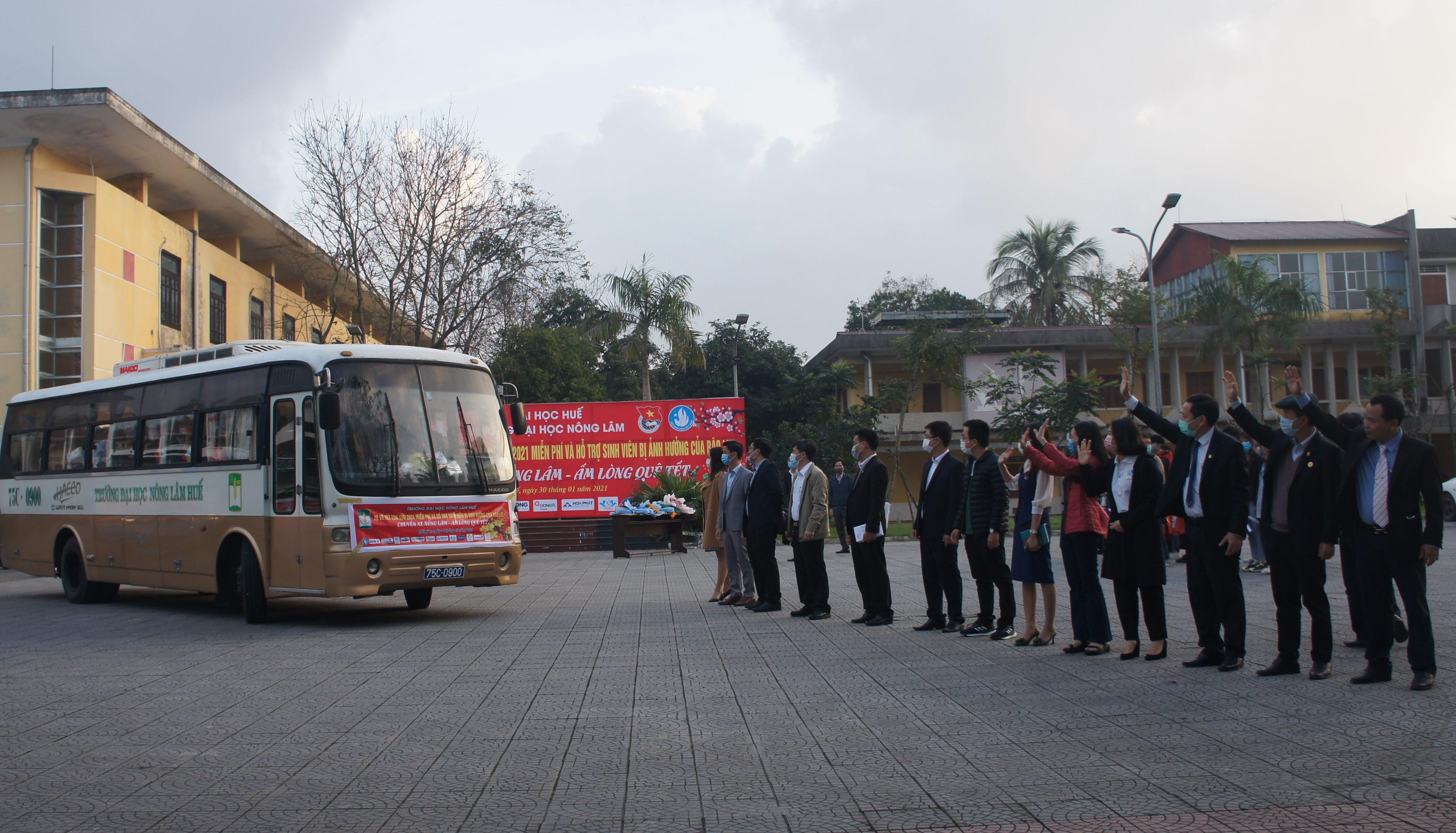 Chuyến xe Nông Lâm - Ấm lòng quê Tết