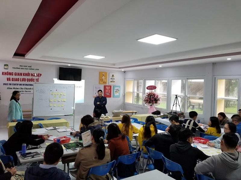 TS. Nguyễn Trung Dũng - CEO BK-Holdings (áo xanh đậm) tập huấn về Chuyển giao tri thức,, công nghệ