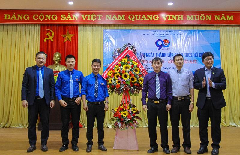 Đại diện lãnh đạo trường tặng hoa chúc mừng